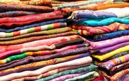 Färgrika tyger och nära övre bakgrund för textil Arkivbild