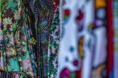 Färgrika tyger som hänger och fodras Tyger med olika modeller och kulöra rader royaltyfri foto