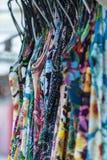 Färgrika tyger som hänger och fodras Tyger med olika modeller och kulöra rader royaltyfria foton