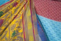 Färgrika tygpaneler i vinden Arkivbilder