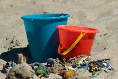 Färgrika ungeleksaker i sanden Fotografering för Bildbyråer