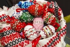 Färgrika ungerska handgjorda easter ägg i en hemlagad korg som arkivfoton