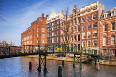 Färgrika uppehällehus på kanalen seglar utmed kusten i Amsterdam Fotografering för Bildbyråer