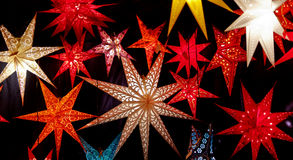 Färgrika upplyst julstjärnor Fotografering för Bildbyråer