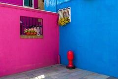 Färgrika väggar av husen i Burano Arkivfoto