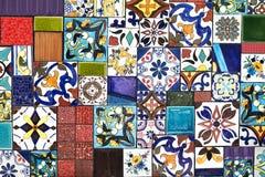 Färgrika väggtegelplattor som en anvisning för byggande garnering arkivbild