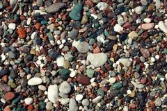 Färgrika våta havsstenar Arkivfoto