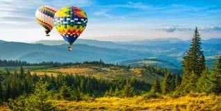 Färgrika varmluftsballonger som flyger över bergen Konstnärlig pi royaltyfri fotografi