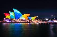 Färgrika vattendroppar på taken av operahuset på livliga Sydney royaltyfri bild