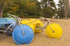 Färgrika vattentricyles på stranden Fotografering för Bildbyråer