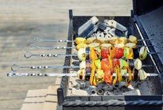 Färgrika vegetariska grönsaksteknålar med den grillade spanska peppar, lökar, aubergine, tomater och zucchinin arkivfoto