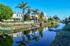 Färgrika Venedig kanaler i Los Angeles, CA arkivfoto