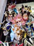 Färgrika Venetian karnevalmaskeringar i Venedig Arkivfoton