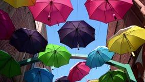 Färgrika vibrerande paraplyer arkivfilmer