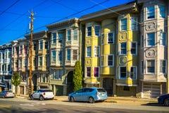 Färgrika viktorianska hem i San Francisco, arkivbild