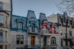 Färgrika viktorianska hus i den fyrkantiga Saint Louis - Montreal, Quebec, Kanada Royaltyfri Foto