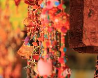 Färgrika vindchimes i den arabiska gatan, Singapore Arkivfoton