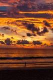 Färgrika virvelmoln och himmel efter solnedgång Ett härligt rött och Arkivfoto