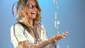 Färgrika vitaminer som faller från himmel in i kvinnliga händer, källa av kraften och energi lager videofilmer