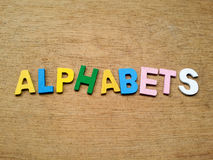 Färgrika wood alfabet arkivfoto