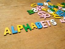 Färgrika wood alfabet royaltyfri foto