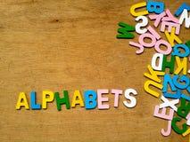 Färgrika wood alfabet royaltyfri fotografi