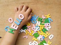 Färgrika wood alfabet arkivfoton