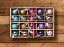 Färgrika Xmas-bollar i ask Royaltyfri Foto