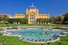 Färgrika Zagreb parkerar springbrunnplats royaltyfri foto