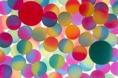 Färgrikt abstrakt begrepp av bicolour plast- bollar arkivfoto