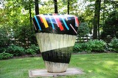 Färgrikt abstrakt begrepp Udda-formade Jun Kaneko Ceramic Art Exhibit på det Dixon gallerit och trädgårdar i Memphis, Tennessee Arkivbild