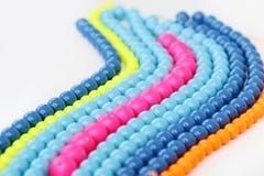 Färgrikt armband på en vit bakgrund Arkivbild
