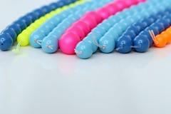 Färgrikt armband på en vit bakgrund Arkivfoto