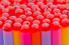 Färgrikt av att dricka sugrörbakgrund med pärlor Arkivbilder