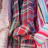 Blandningen färgar skjortan Royaltyfri Foto