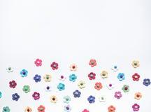 Färgrikt av blommapapper på vit Arkivfoto
