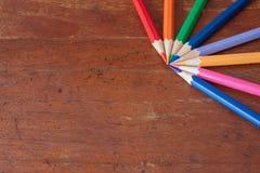 Färgrikt av blyertspennor på träbakgrunder Arkivbilder