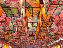 Färgrikt av den fyrkantiga kinesiska lampan med blommatextur i celebrati arkivfoto