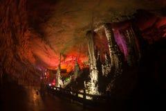 Färgrikt av den Huanglong grottan i Kina arkivfoto