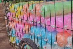 Färgrikt av den söta silkeslena efterrätten, thailändsk godis, Saimai, på spårvagnen som är till salu i Thailand royaltyfri foto