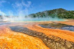 Färgrikt av den storslagna prismatiska våren i Yellowstone, Wyoming Royaltyfria Foton