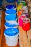 Färgrikt av exponeringsglas för Plastisolfärgpulver kunna utom fara på tallskogtabellen för skjorta för utslagsplats för skärmtry royaltyfri foto