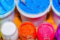 Färgrikt av exponeringsglas för Plastisolfärgpulver kunna utom fara på tallskogtabellen för skjorta för utslagsplats för skärmtry arkivfoto