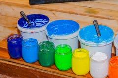 Färgrikt av exponeringsglas för Plastisolfärgpulver kunna utom fara på tallskogtabellen för skjorta för utslagsplats för skärmtry royaltyfri fotografi