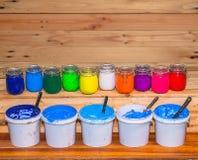 Färgrikt av exponeringsglas för Plastisolfärgpulver kunna utom fara på tallskogtabellen för skjorta för utslagsplats för skärmtry arkivbild