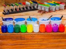 Färgrikt av exponeringsglas för Plastisolfärgpulver kunna utom fara på tallskogtabellen för skjorta för utslagsplats för skärmtry arkivbilder