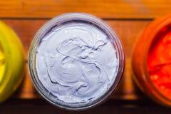 Färgrikt av exponeringsglas för Plastisolfärgpulver kunna utom fara på tallskogtabellen för skjorta för utslagsplats för skärmtry arkivfoton