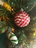 Färgrikt av garnering för julgran för ask för gåva för ask för bolldockagåva Arkivfoton