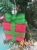 Färgrikt av garnering för julgran för ask för gåva för ask för bolldockagåva Royaltyfri Bild