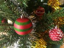 Färgrikt av garnering för julgran för ask för gåva för ask för bolldockagåva Royaltyfria Bilder